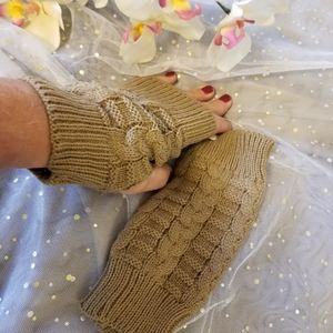 NWT Tan color fingerless gloves, mittens